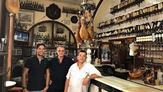 Presente y pasado del Puga: José Ángel Pastor y Leonardo y José Martín, en el bar.
