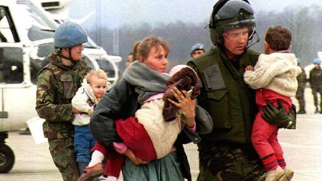 Эвакуированные из Сребреницы в Тузлу женщины и дети, март 1993 год
