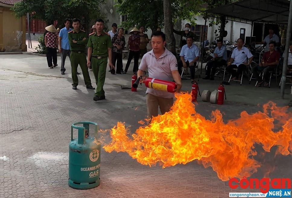 Công an huyện Hưng Nguyên tập huấn nghiệp vụ phòng cháy chữa cháy cho cán bộ, nhân viên, các hộ kinh doanh tại Đền ông Hoàng Mười, xã Hưng Thịnh
