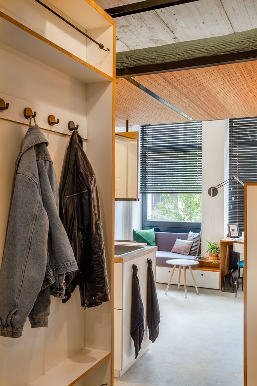 Este pequeño apartamento tiene una cama suspendida del techo