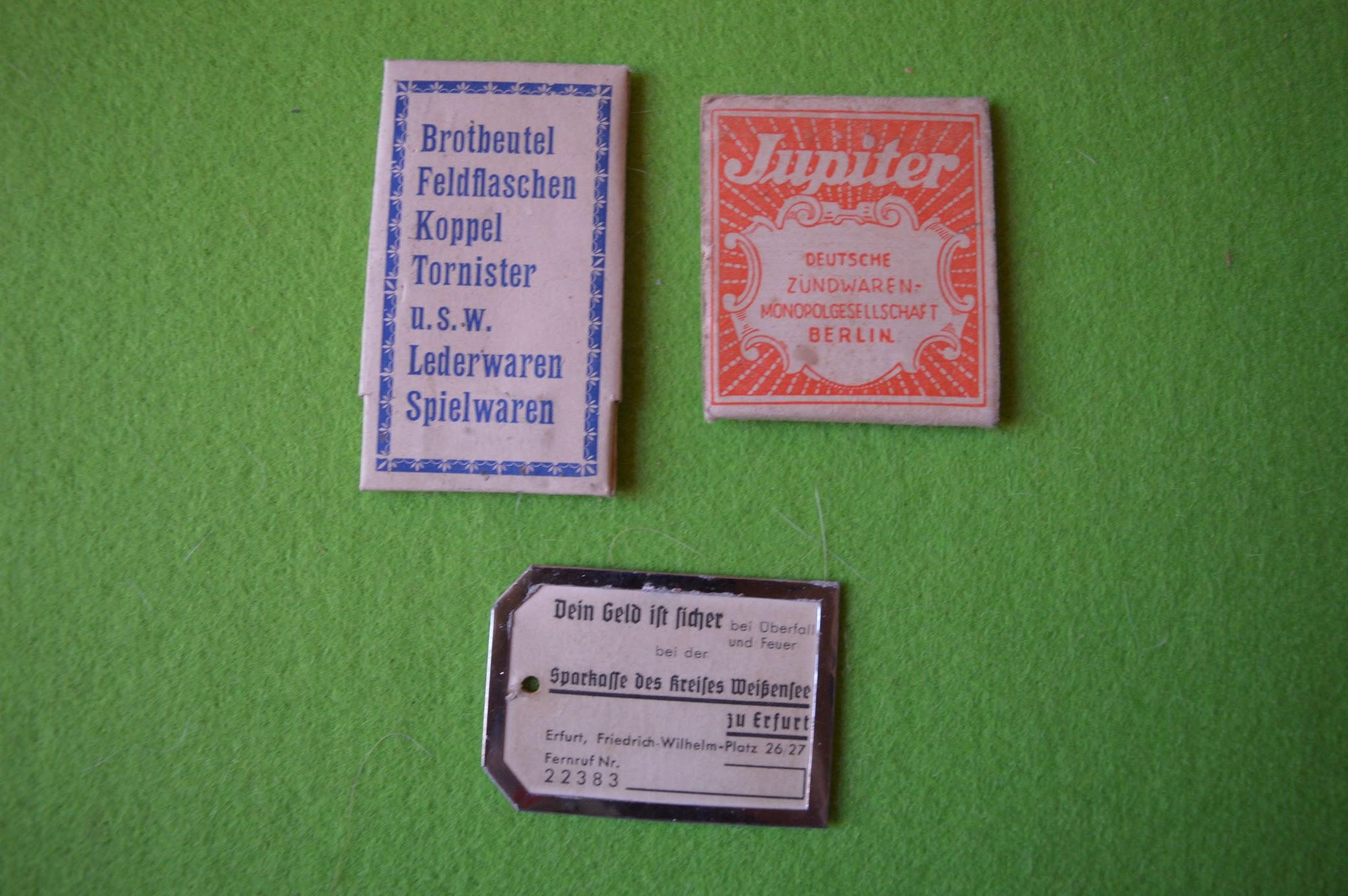 Zahnstocher mit Werbung für Hintze & Venth, Erfurt, Neuestraße 13; Jupiter Streichhölzer der Deutschen Zündwaren-Monopolgesellschaft Berlin; Anhänger der Sparkasse Erfurt
