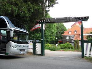 Photo: Mit dem Bus am Eingang zur Iserhatsche