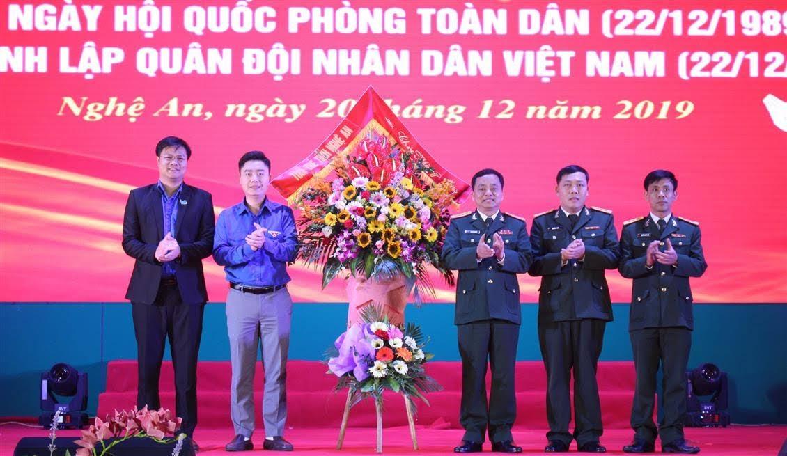 Tỉnh Đoàn Nghệ An tặng hoa chúc mừng cán bộ chiến sỹ Bộ Chỉ huy Quân sự tỉnh