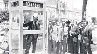 Momento de la inauguración de la cabina que se colocó en la Puerta de Purchena, frente al cuartel de la Guardia Civil.