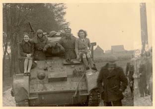 Photo: 1944 Eerste geallieerde Poolse Stuarttank aan de Emerweg of Burgstsedreef, links op de tank zit Marta Roovers, de man rechts is waarschijnlijk Toon Franken.