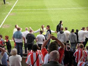Photo: .... de stewards hebben moeite om de fans in bedwang te houden ....