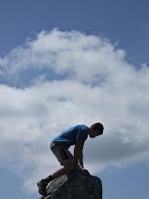 Photo: Troisième perché : Dorian sur le menhir de Chieze.