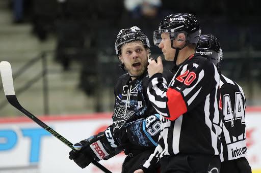 Antti Tyrväisellä oli Tallinnan-ottelussa asiaa tuomaristolle. (Kuva: Tomi Natri)