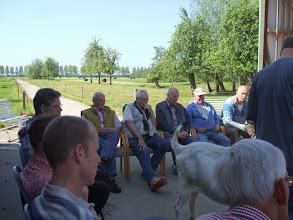 Photo: Bespreking van de breedte in de voorhand bij bokken door Piet van Haperen.