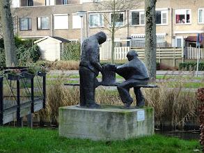 Photo: 'S-GRAVENDEEL -  bronzen beeld 'Vlasrepelende mannen',   beeld van de kunstenaar Henk Kuizenga.