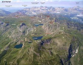 Photo: Vision aérienne annotée sur les lacs d'Ayous. Passage du GR 10 à gauche.