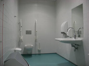 Photo: Toilet voor mensen met een beperking.