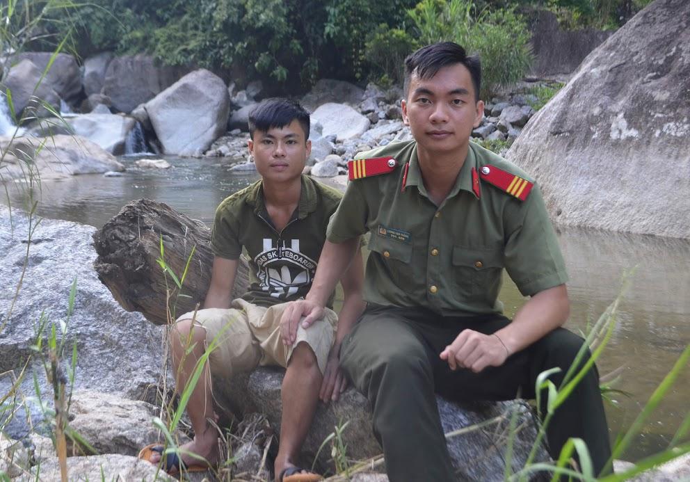 Thượng sỹ Lương Văn Thắng cùng em Lữ Văn Phương, một trong 4 người bị nạn được cứu thoát trong mưa lũ