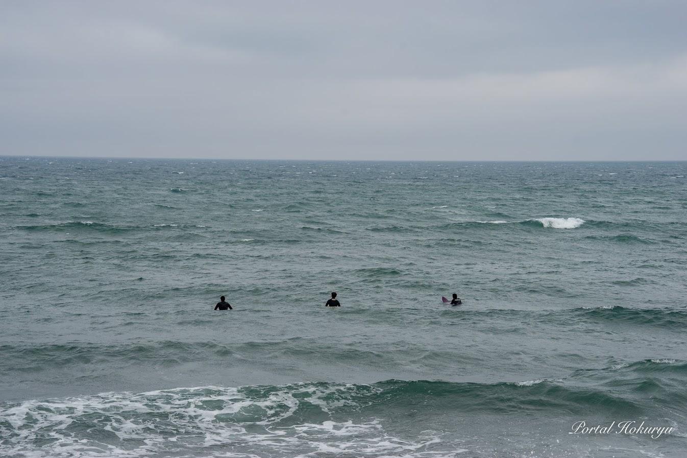 波を待つサーファー達