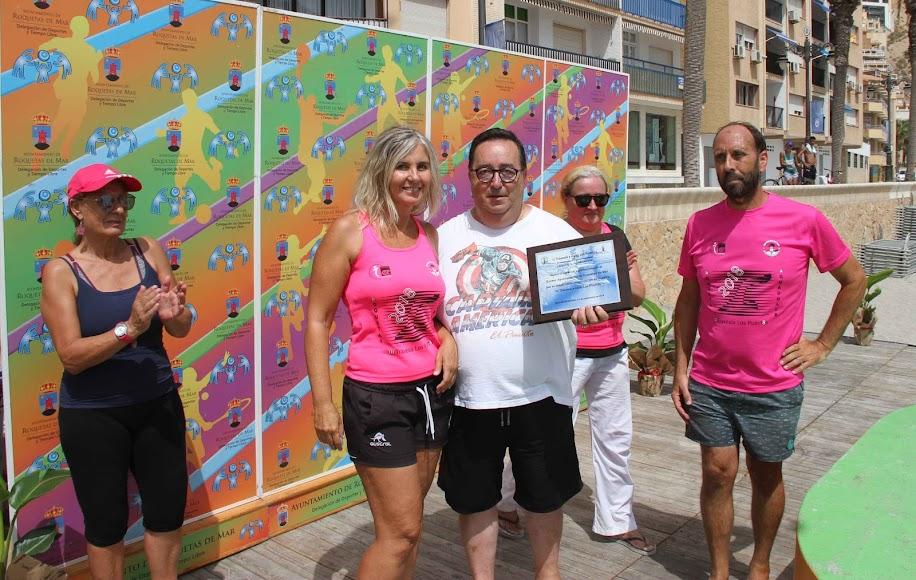 Rubí recogió una placa entregada por Mar Fdz, pta del CDNW Roquetas.