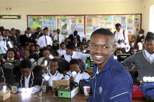 Jong vlieënier bring lig vir leerlinge op die platteland - SowetanLIVE Sunday World