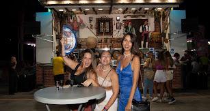 El 'Equipo Brochazo', compuesto por Alba, Esther y Carmen, subió al Ferial para disfrutar de una noche de amigas y vino dulce