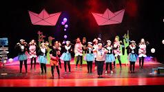 Actrices jóvenes y mayores en plena representación de la obra