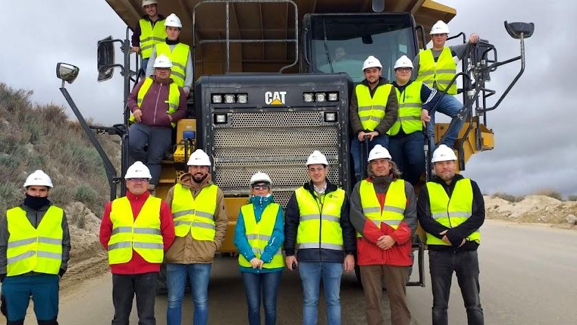 Profesores y alumnos del centro de Sorbas, durante su visita a la cantera.