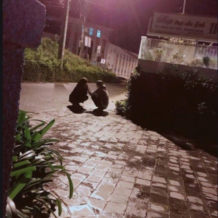 Bức ảnh QTV tâm sự và ôm má Raina hết sức tình cảm tại Đà Lạt