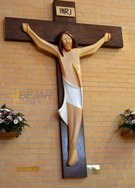 Cristo crucificado de madera realizado por los artistas bejaranos D. Julián Mateos y Dª María Jesús García