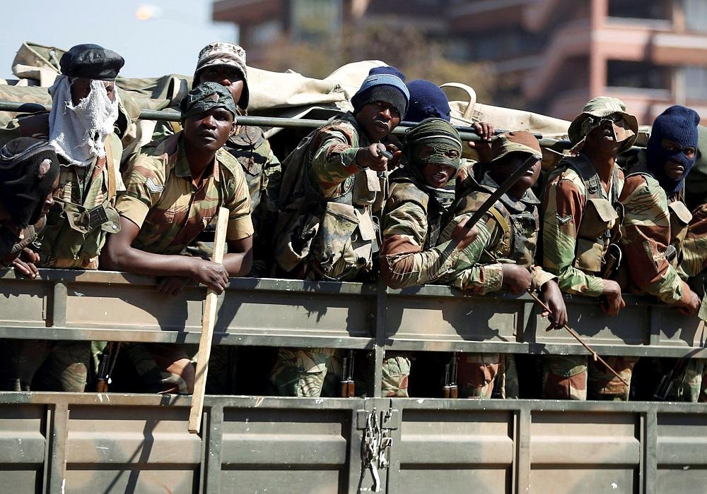VSA stel sanksies op teen die voormalige Zimbabwiese offisier wat bevel gegee het om op burgerlikes af te vuur