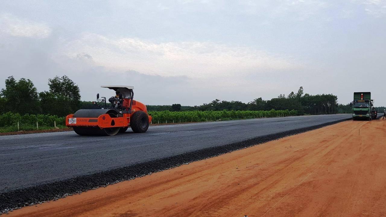 Cao tốc Phan Thiết - Dầu Giây dài 99km, đoạn qua Đồng Nai dài 51,33km. Tuyến cao tốc này được khởi công vào tháng 9/2020, theo kế hoạch sẽ hoàn thành vào cuối năm 2022.