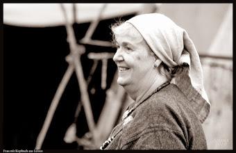 Photo: Frau mit Kopftuch aus Leinen