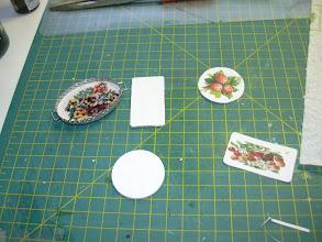 Photo: schilder de plankjes wit en plak na drogen de plaatjes er op