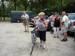 Photo: sportieve Riet is blij, dat haar fiets er nog stond...H.Antonius, dank je wel.....