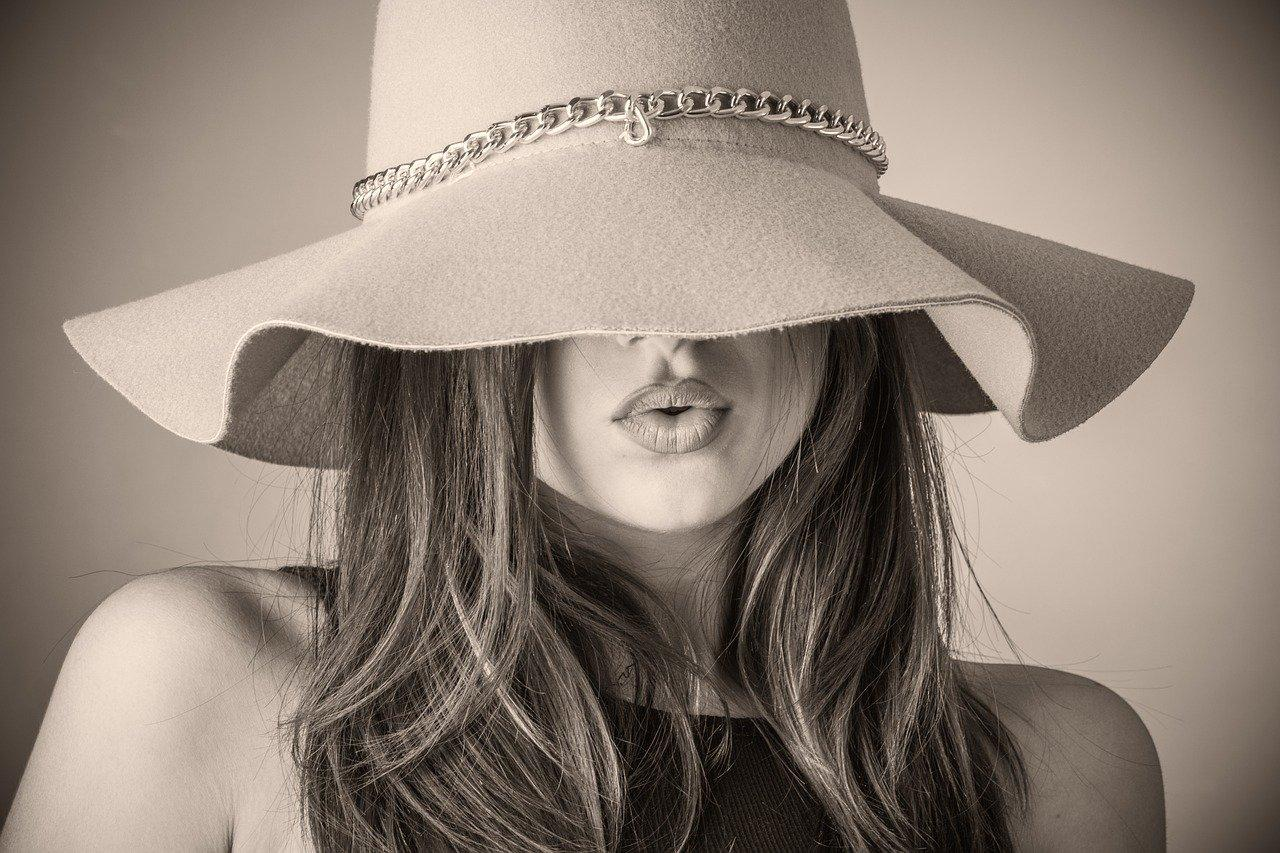 woman in oversized hat