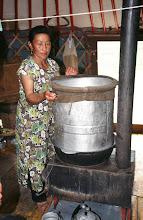 Photo: 03315 ハドブルグ家/アルヒ(蒸留酒)の蒸留/馬以外の家畜の乳を発酵させ蒸留した酒