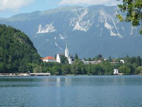 Photo: Bled városa a tóval mögötte a Karavankák