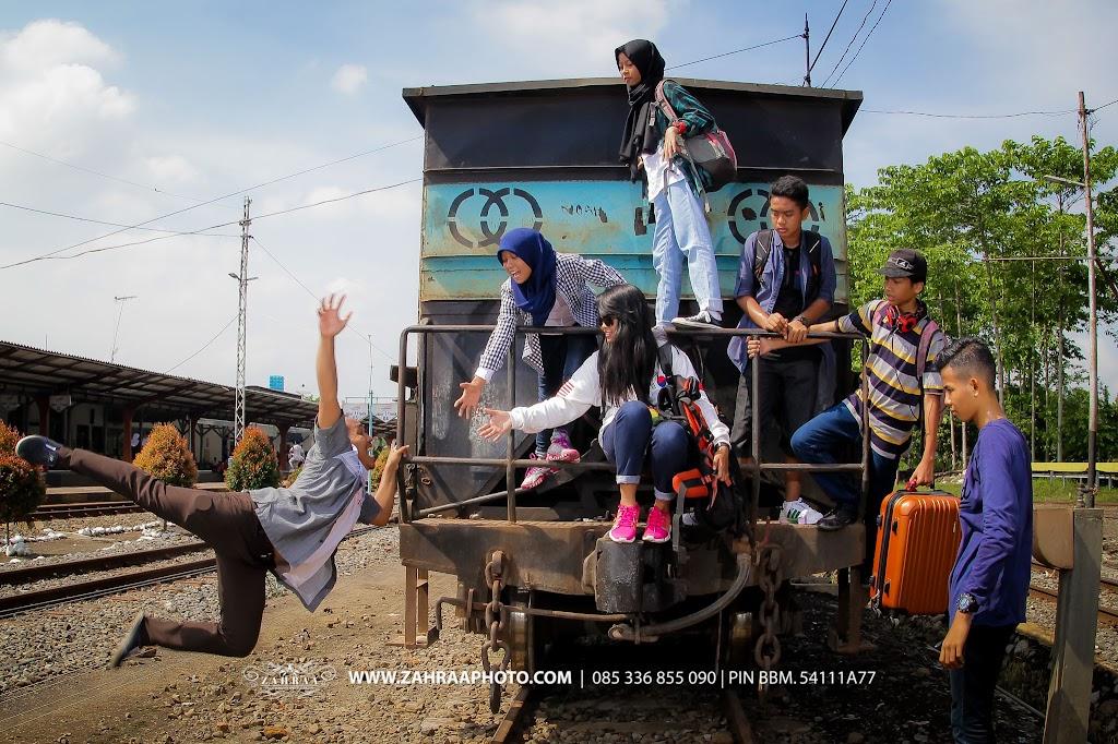 Konsep Pose Keren Foto Year Book - Buku Tahunan sekolah - BTS - Fotografer - photographer - Photografer - Jember - Travelling - Levitasi - jump shoot - Stasiun Kereta Api Jember - 12