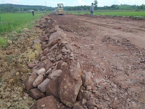 Đất sử dụng làm nền đường xấu và chứa nhiều đá