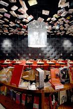 """Photo: Nuestra ruta librera hoy nos lleva hasta Bruselas. Allí está la librería Cook&Books  Su concepto es el de unir dos placeres, la lectura y la comida. A fin de cuentas, quién no ha leído un libro comiendo o desayunando o merendando... Quinientos metros cuadrados en dos edificios divididos en varias salas. Cada sala un tema y cada tema una decoración para que disfrutemos de espacios clásicos o modernos, tonos ácidos, caravanas con zonas de lectura en su interior, la sala de música, la zona dedicada al campo o la infantil con juguetes repartidos para que los niños se entretengan mientras nosotros nos dirigimos a la """"Cucina"""" para llegar al restaurante y disfrutar de un café. Un lugar precioso que hará las delicias de los aficionados. Fuente fotos: http://www.cookandbook.be/"""