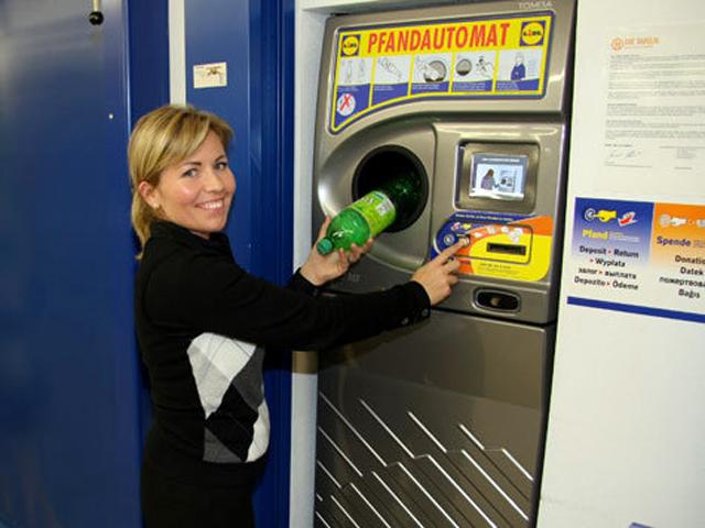 Німецькі супермаркети платять за повернення пластикової тари. Фото: hurbanua.org