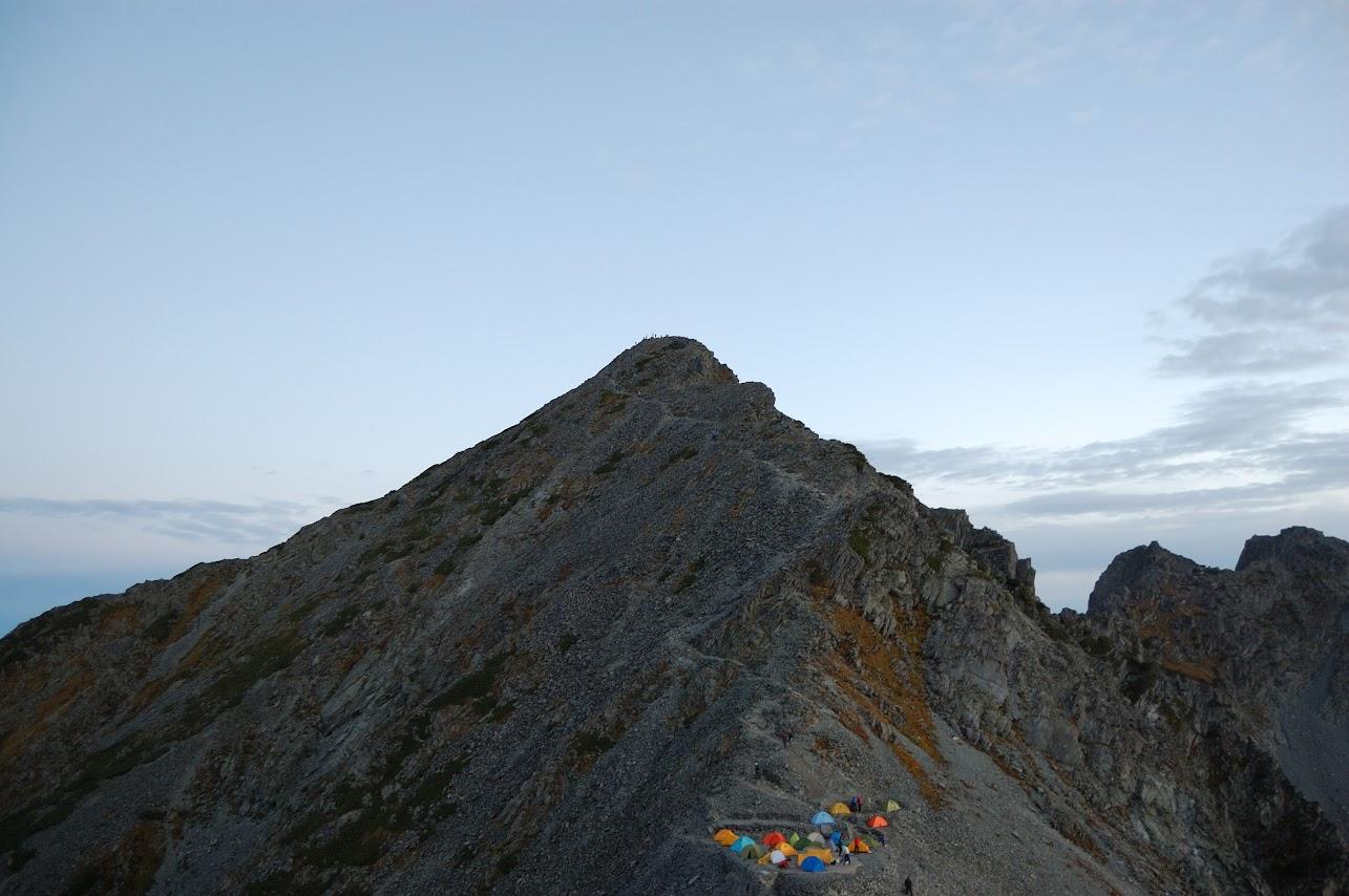 振り返って涸沢岳と穂高山荘のテント場