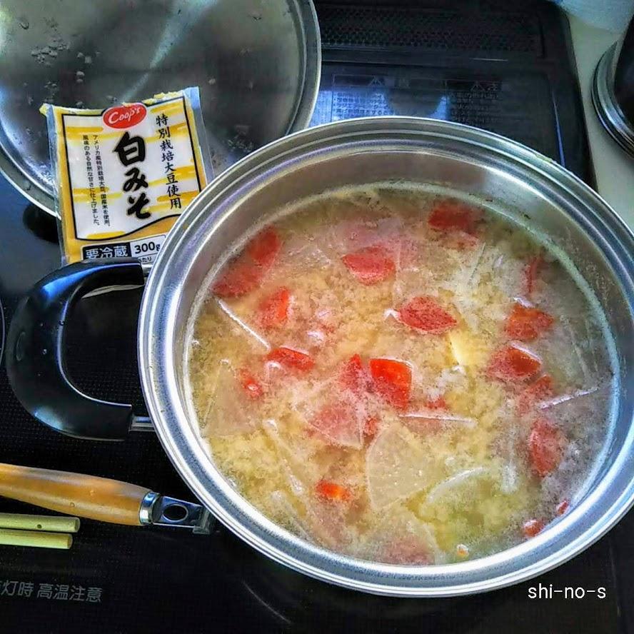 白みそ仕立てのお雑煮、鍋ごと