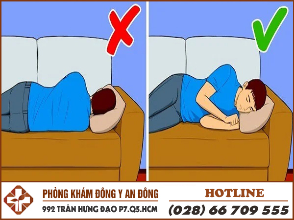 Nằm nghiêng người về bên trái giúp giảm đau dạ dày.