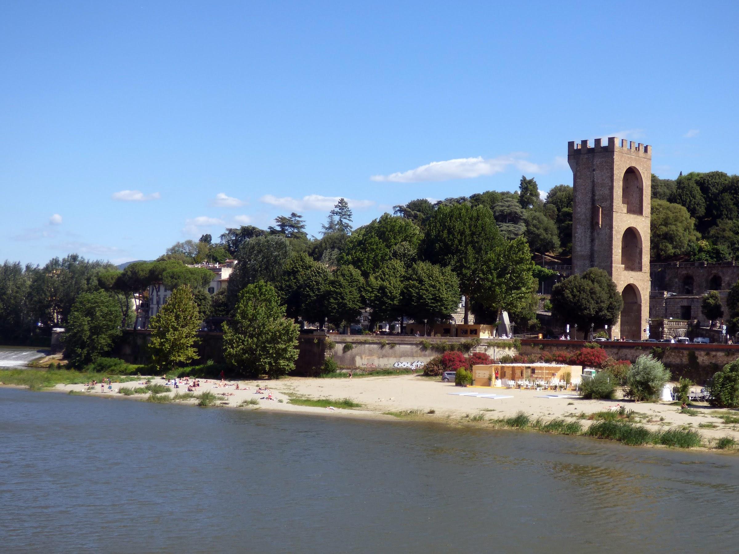 La spiaggia sull'Arno en de toren van San Niccolò