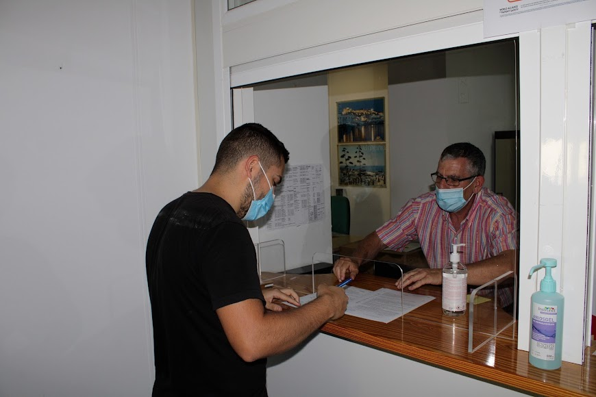 Borja firmando su contrato como auxiliar de playa en la Delegación de Gobierno.