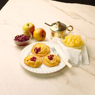 Kartoffelpuffer mit Apfelkompott und Preiselbeeren