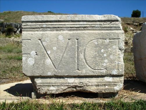 C:\Users\NF\Desktop\ΠΕΡΙ ΝΙΚΟΠΟΛΕΩΣ\10 MONUMENT of Augustus, Nikopolis. Latin Epigraph. Photo Harry Gouvas 02 (F Victoriam).JPG