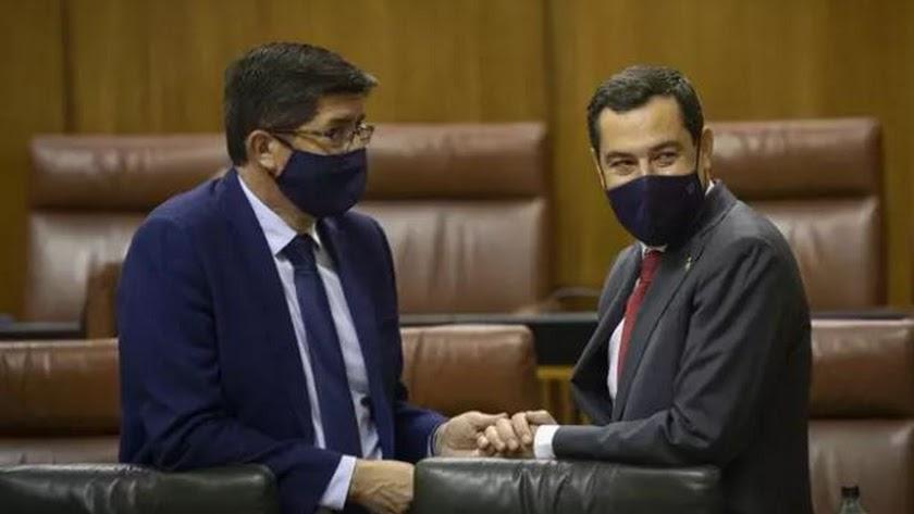 El presidente de la Junta de Andalucía, Juanma Moreno (d), junto al vicepresidente de la Junta, Juan Marín.