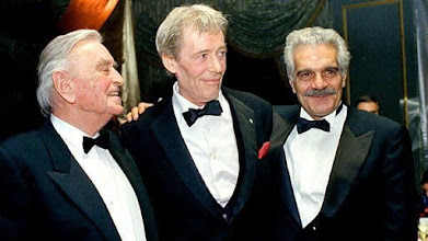 """Photo: David Lean, Peter O'Toole e Omar Sharif em 1989, em cerimônia de lançamento da versão restaurada de""""Lawrence da Arábia""""."""