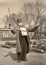 Photo: Jan de Roos brengt een serenade voor smederij Hofsteenge