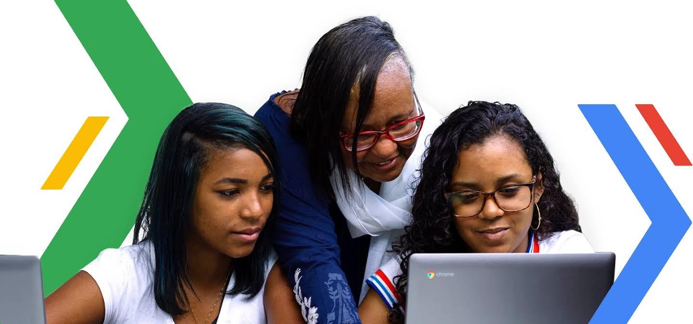 Um professor e dois alunos estão procurando algum conteúdo interessante em um Chromebook