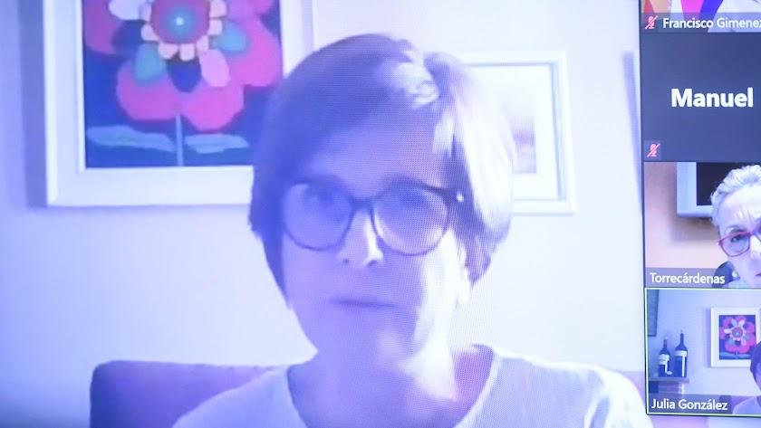 Julia González, médico y la directora del centro de Mayores de Íllar.