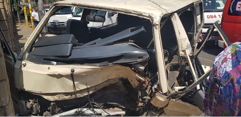 Taxi slaan teen die muur van die Joburg-dieretuin in, 16 gewond - TimesLIVE